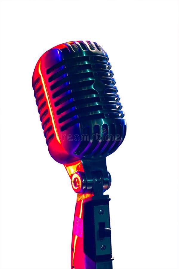 Micrófono del vintage, iluminado con la luz azul y roja Isolat foto de archivo