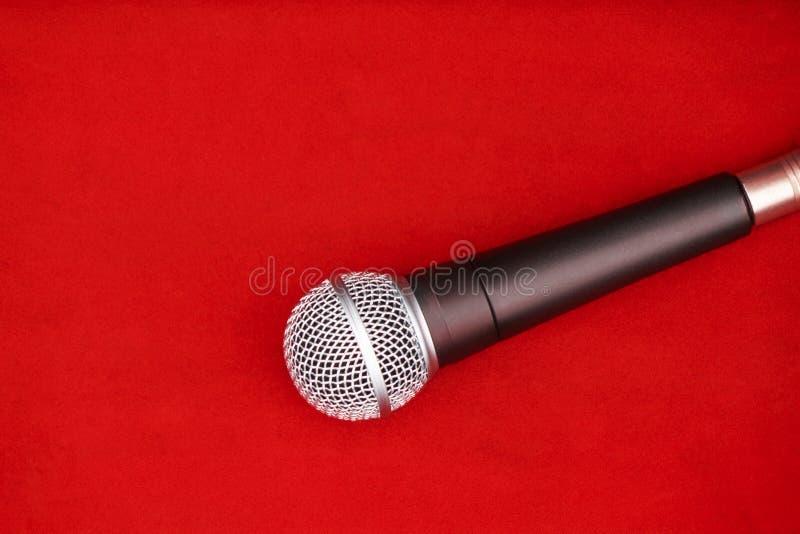 Micrófono dinámico en el piso rojo para la música imagen de archivo libre de regalías