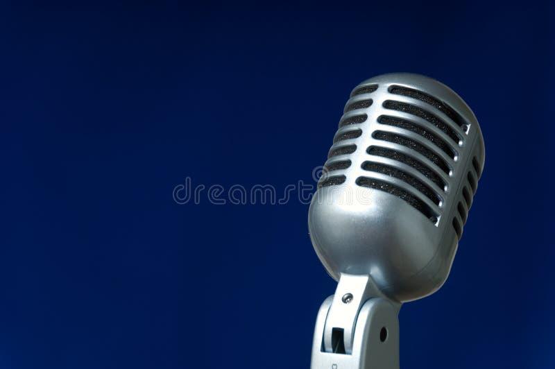Micrófono en azul fotos de archivo libres de regalías