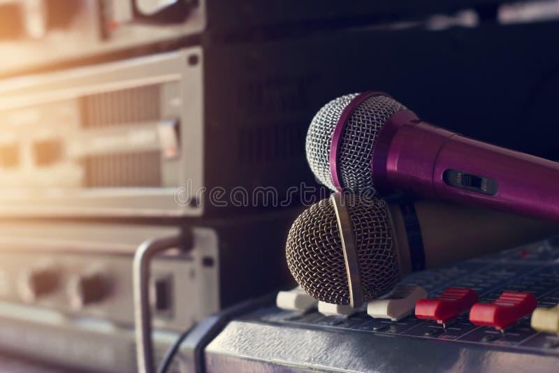 Micrófono en control sano adentro entre bastidores del concierto imagen de archivo libre de regalías