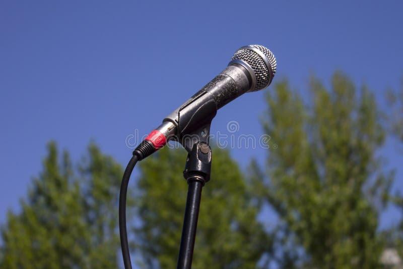 Micrófono en el aire abierto foto de archivo