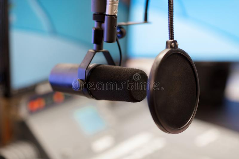 Micrófono en estudio de difusión moderno de la estación de radio fotos de archivo libres de regalías