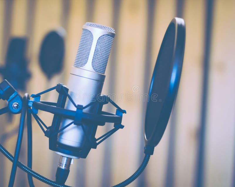 Micrófono en estudio o radio fotos de archivo