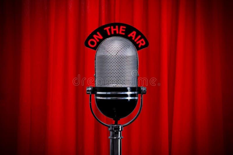 Micrófono en etapa con el proyector en la cortina roja fotografía de archivo libre de regalías