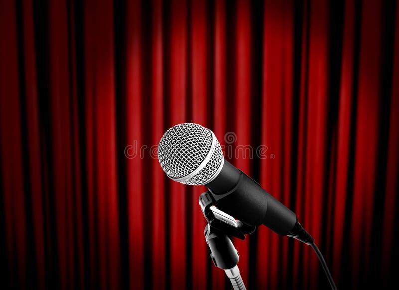 Micrófono en etapa con la cortina roja fotografía de archivo