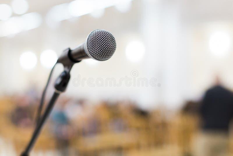 Micrófono en etapa en el concierto imágenes de archivo libres de regalías