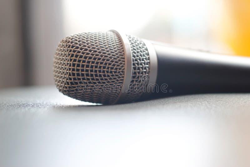 Micrófono en fondo de la textura del grunge imágenes de archivo libres de regalías