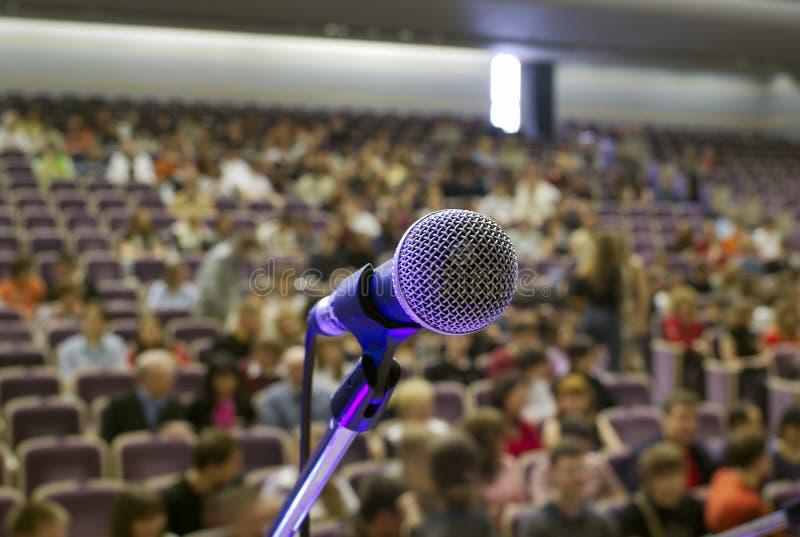 Micrófono en la etapa y el auditorio imagen de archivo
