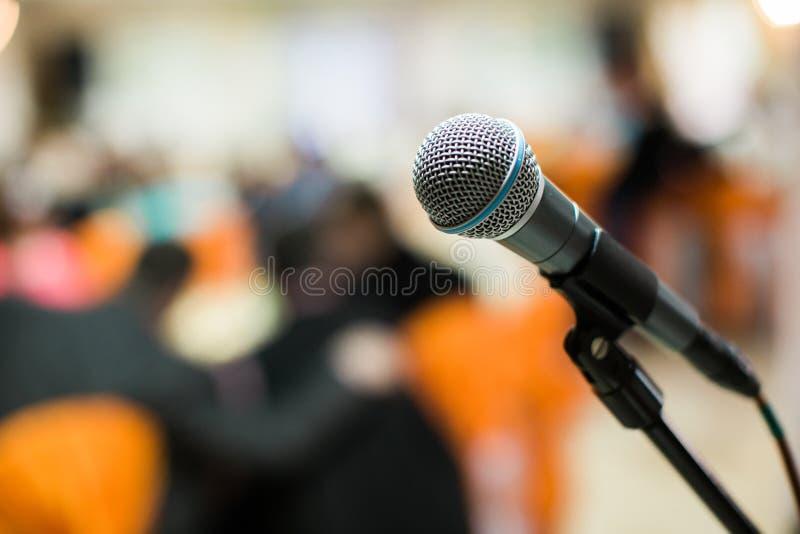 Micrófono en sala de conciertos, conferencia o etapa fotos de archivo libres de regalías