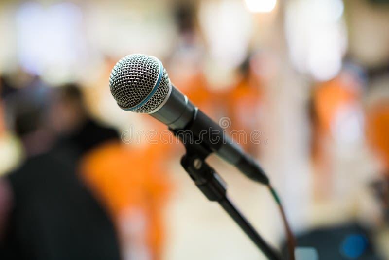 Micrófono en sala de conciertos, conferencia o etapa imagen de archivo libre de regalías