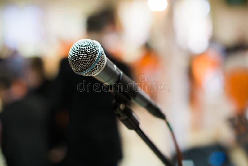 Micrófono en sala de conciertos, conferencia o etapa foto de archivo libre de regalías