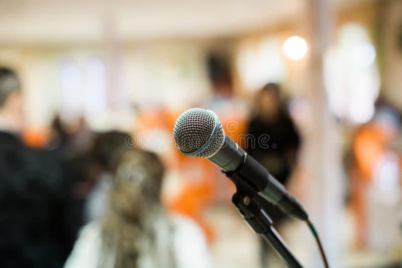Micrófono en sala de conciertos, conferencia o etapa fotos de archivo