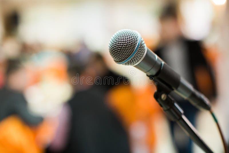 Micrófono en sala de conciertos, conferencia o etapa foto de archivo
