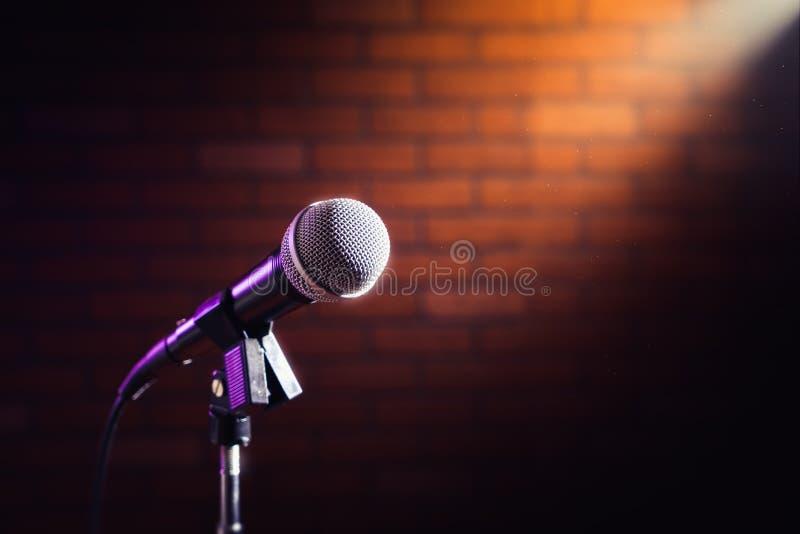 Micrófono en una etapa imagen de archivo