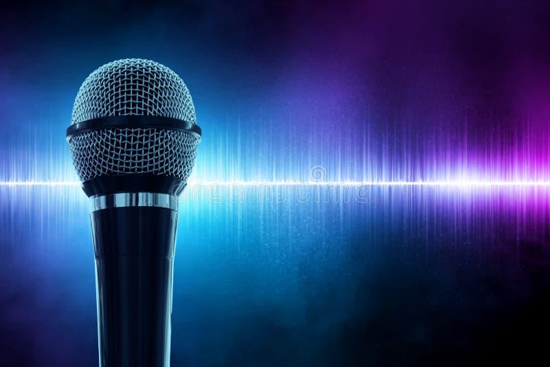 Micrófono negro en fondo de la onda acústica imagen de archivo libre de regalías