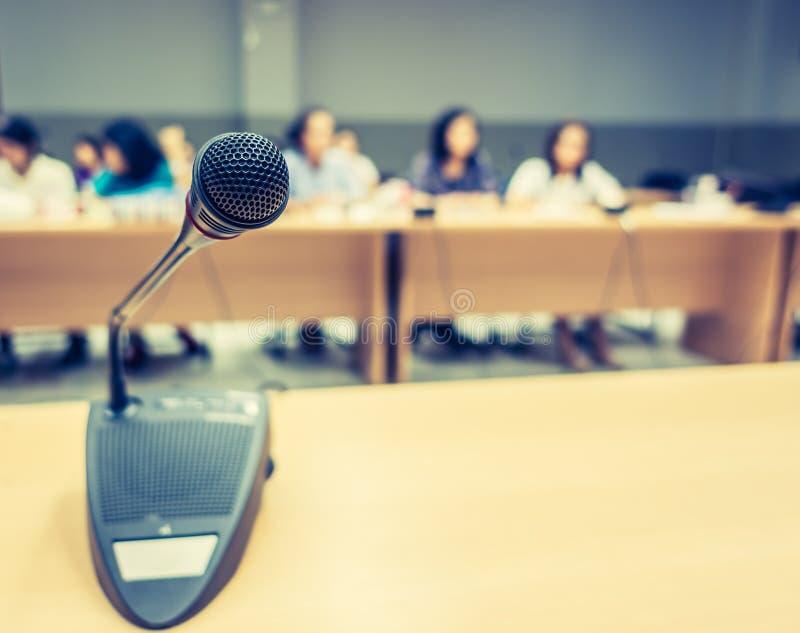 Micrófono negro en la sala de conferencias (v procesado imagen filtrado imágenes de archivo libres de regalías