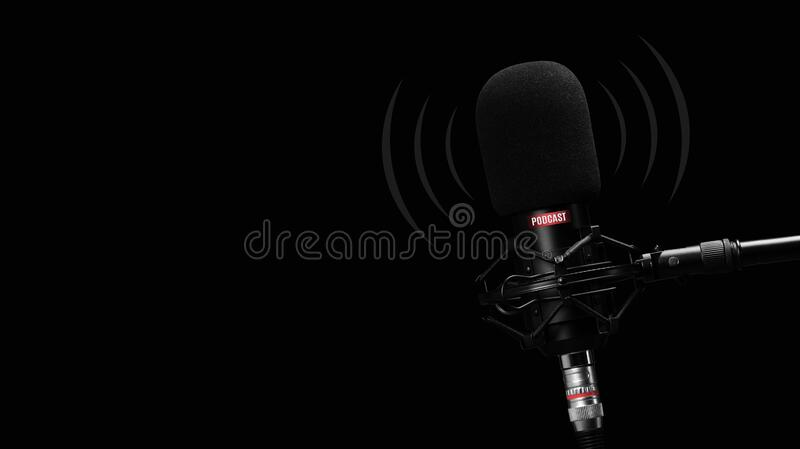Micrófono para grabar podcasts sobre fondo negro imagenes de archivo