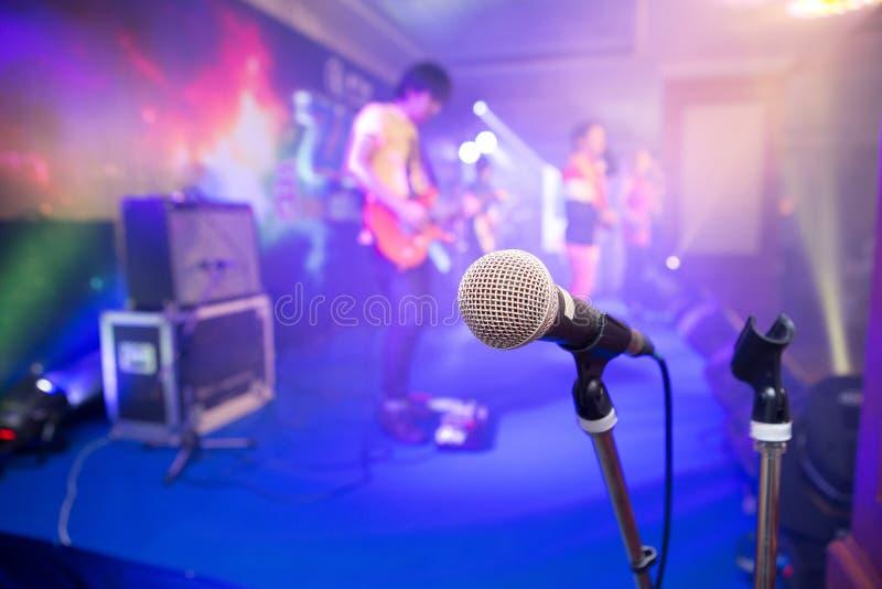 Micrófono para los cantantes en etapa fotografía de archivo
