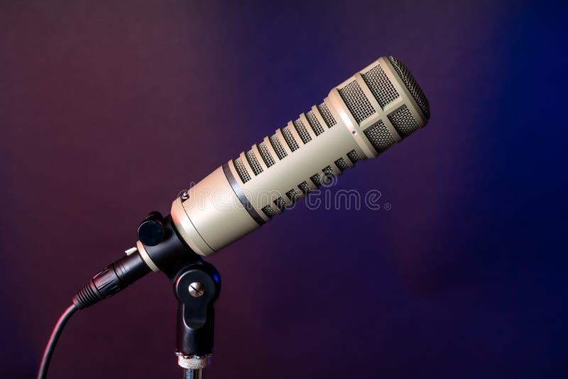 Micr?fono profesional para la radio y el anunciador de televisi?n de difusi?n fotografía de archivo libre de regalías