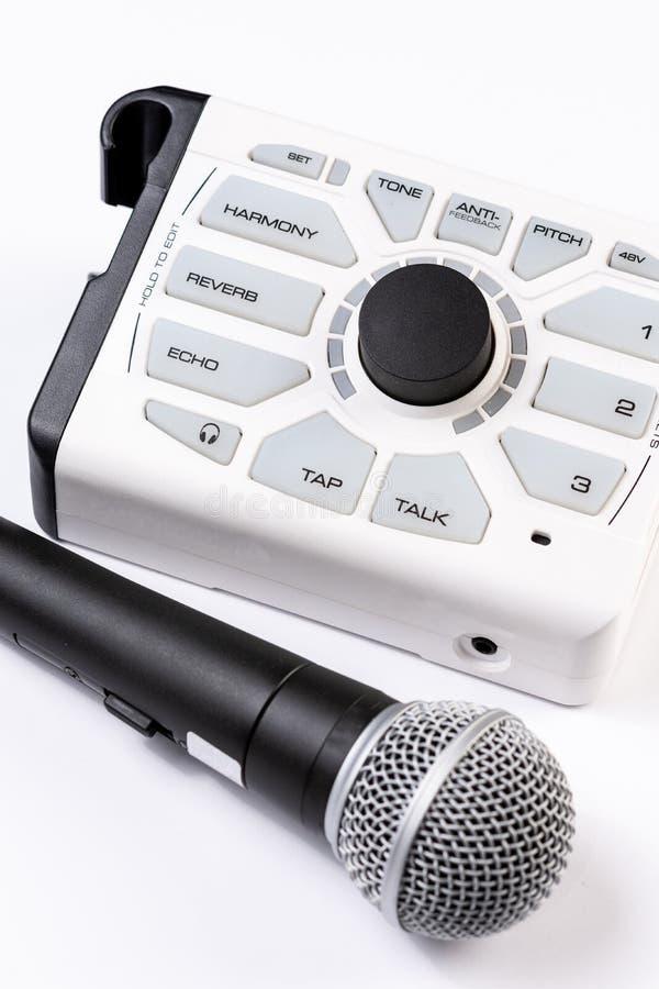 Micrófono vocal aislado sobre el fondo blanco imagen de archivo
