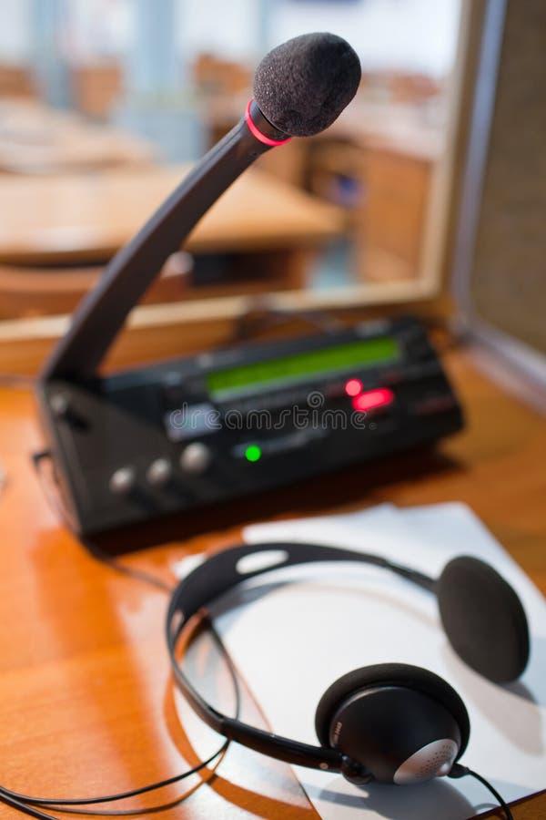 Micrófono y centralita telefónica imagenes de archivo