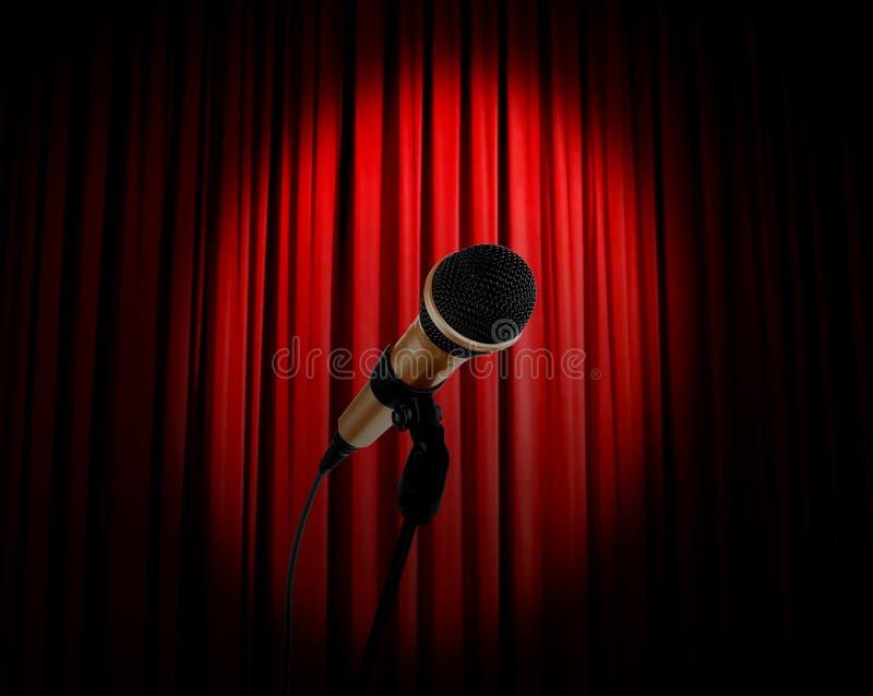 Micrófono y cortina roja foto de archivo