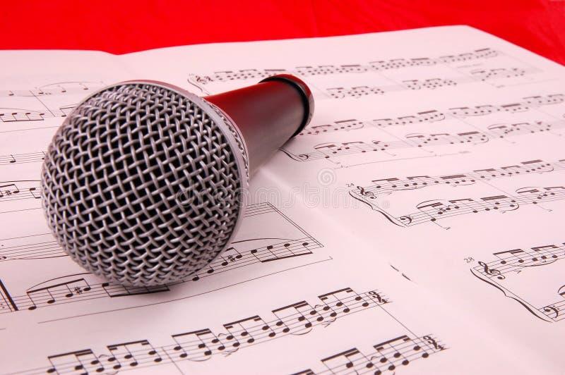 Micrófono y hoja de la música fotos de archivo