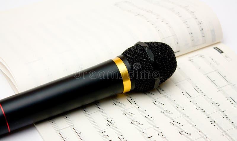 Micrófono y libro de notas fotografía de archivo libre de regalías