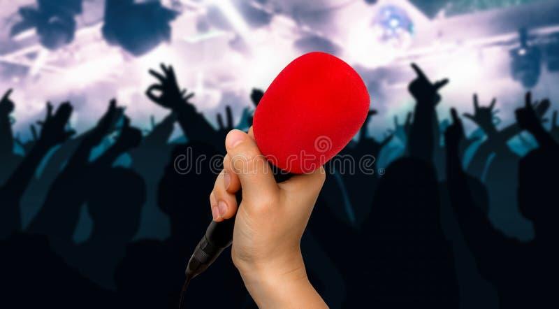 Micrófono y siluetas rojos de la gente del baile fotos de archivo libres de regalías