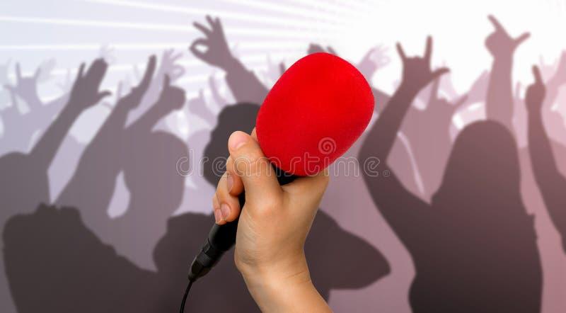 Micrófono y siluetas rojos de la gente del baile fotos de archivo
