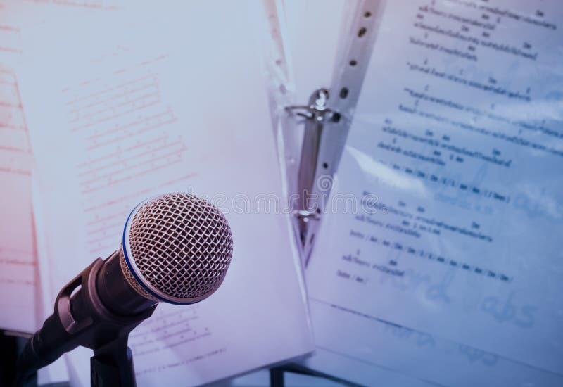 Micrófonos en fondo lírico fotos de archivo