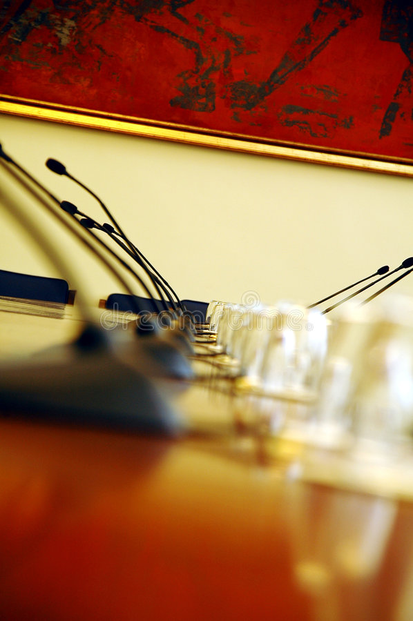 Micrófonos en sala de conferencias vacía fotos de archivo libres de regalías