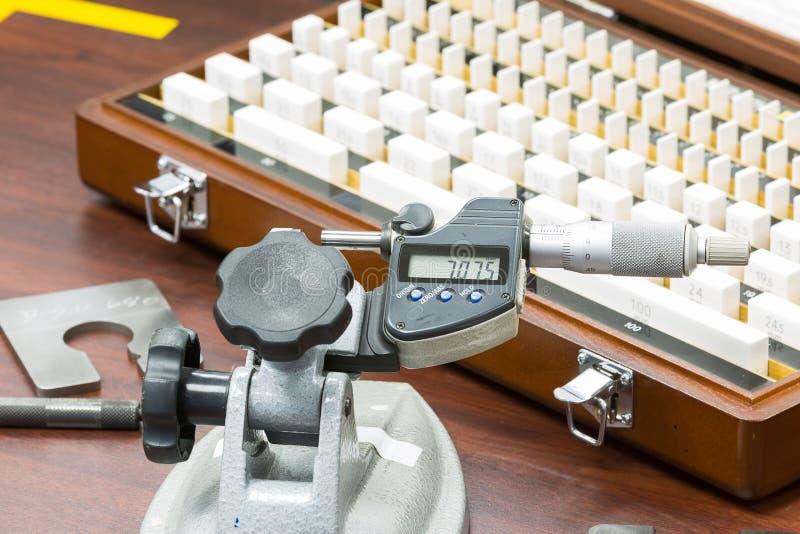 Micrómetro de la calibración del operador por el indicador del bloque fotografía de archivo libre de regalías