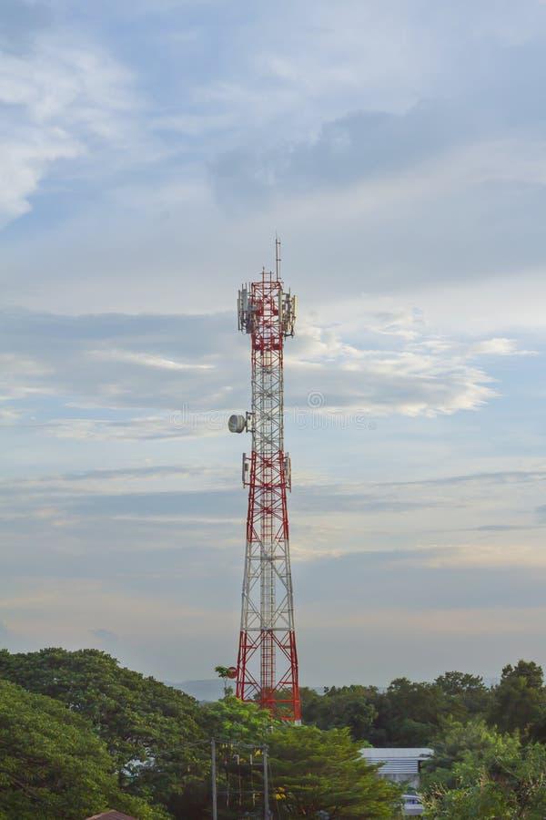 Micro-ondas da antena do telefone de Wi-Fi e sinal de Digitas an?logo da caixa de distribui??o da frequ?ncia da tev? foto de stock