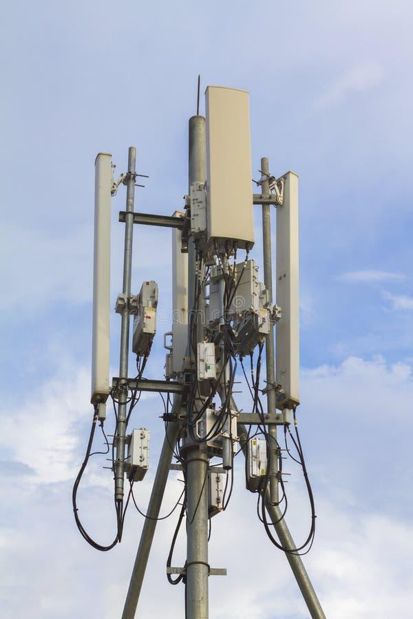 Micro-ondas da antena do telefone de Wi-Fi e sinal de Digitas an?logo da caixa de distribui??o da frequ?ncia da tev? fotografia de stock royalty free