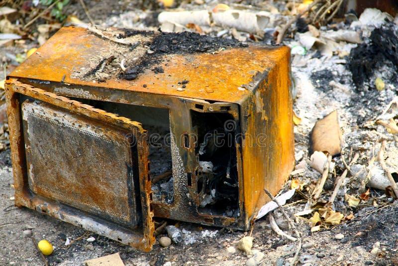 Micro-ondas queimada após um fogo Conceito: seguro do produto, gestão de riscos fotografia de stock royalty free