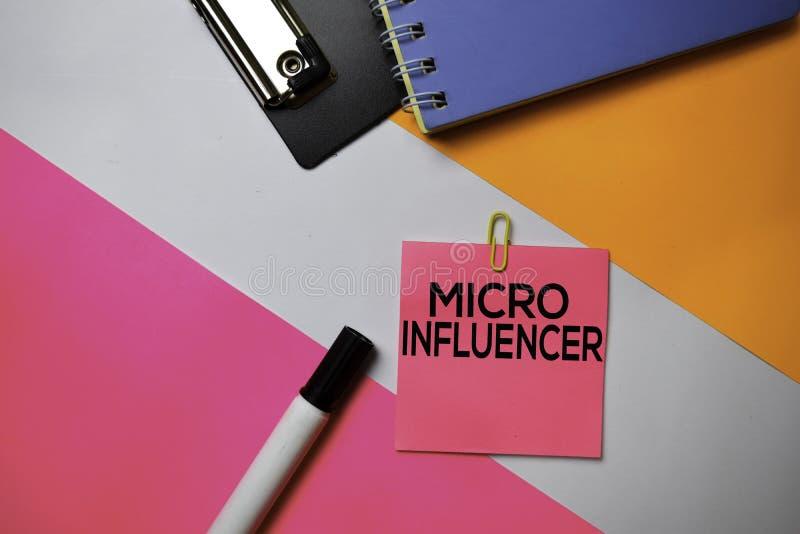 Micro texto de Influencer em notas pegajosas com conceito da mesa de escritório da cor imagem de stock royalty free