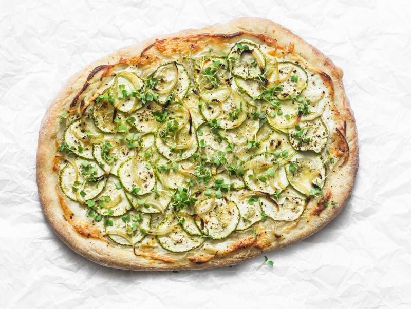 Micro verdi dello zucchini vegetariano e flatbread vegetariano del formaggio su fondo leggero, vista superiore immagini stock