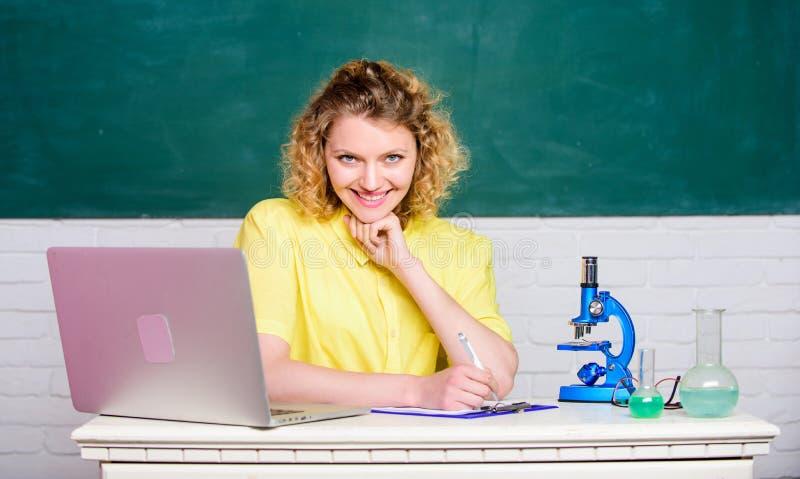 Microbiología del estudio Investigue las modificaciones moleculares Investigaci?n cient?fica Muchacha del estudiante con el orden imagen de archivo libre de regalías