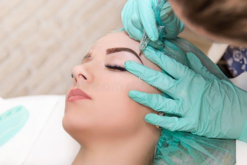 Microblading眼眉在美容院的工作流程 免版税库存照片