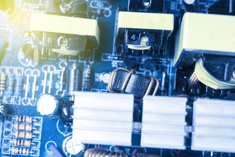 Microchip, condensatoren, weerstanden op een blauwe computerraad Industriële Achtergrond royalty-vrije stock foto's