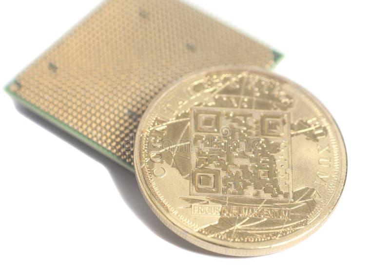 Microchip de la CPU de la unidad central de proceso con Bitcoin de oro foto de archivo libre de regalías
