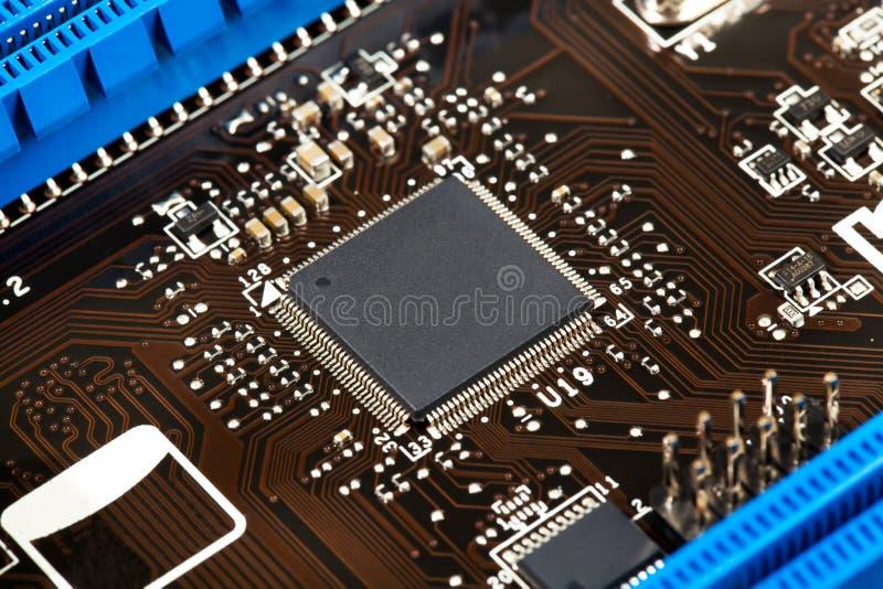 Microchip del ordenador portátil en el primer de la placa madre imagenes de archivo