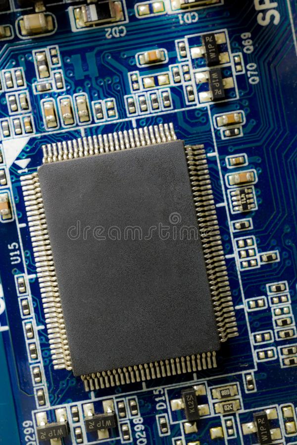 Microchip en espacio azul del PWB y de la copia foto de archivo libre de regalías