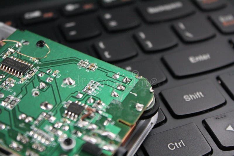 Microchipbewerker op toetsenbord van laptop royalty-vrije stock foto