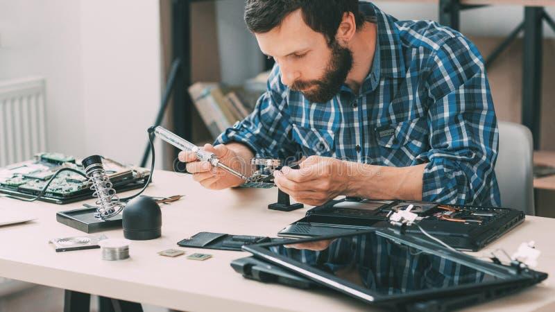 Microcircuito de solda do planejamento eletrônico fotografia de stock royalty free