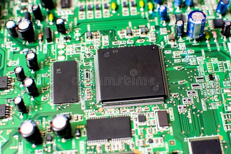 Microcircuito na placa de sistema eletrônica com outros componentes eletrônicos fotografia de stock