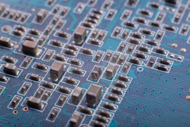 Microcircuitos e capacitores no close-up da placa imagem de stock