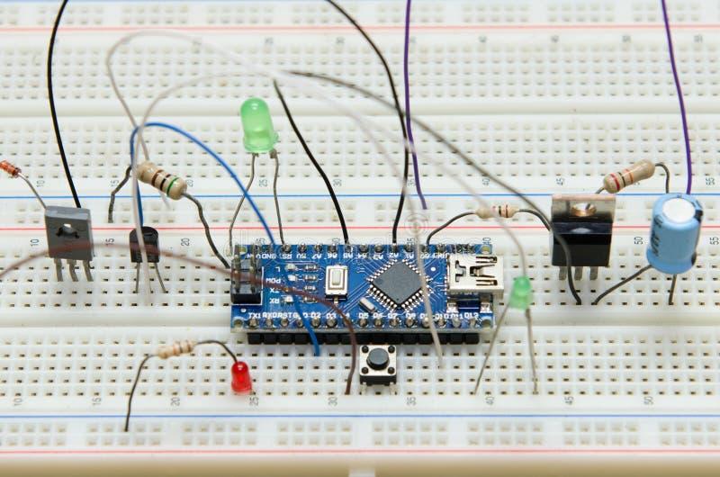 Microcontroller diy elettronico del circuito con il resistente, transister, LED, pulsante, capacità, diodo fotografie stock libere da diritti