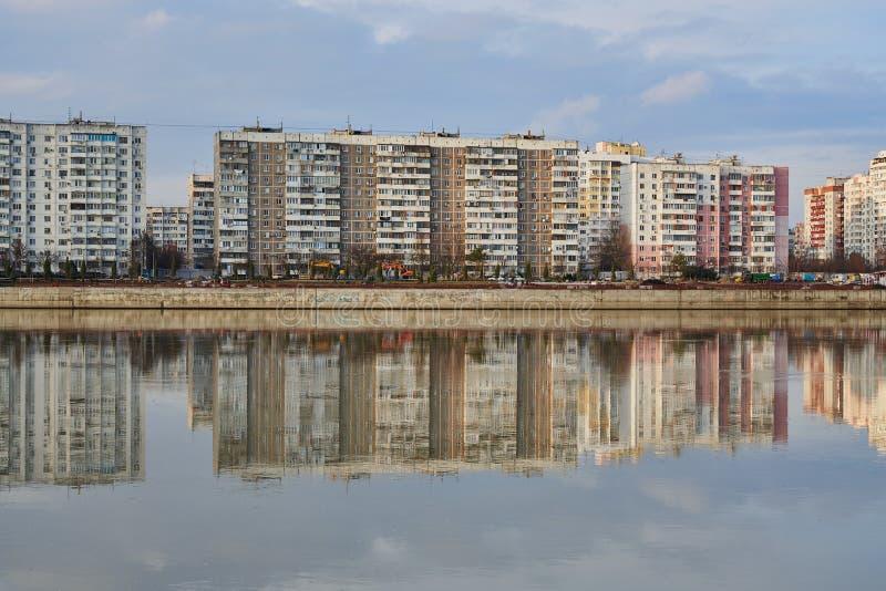 Microdistrict en el oeste de Krasnodar y su reflexión en el río de Kuban en la puesta del sol Dos mundos en un lugar imágenes de archivo libres de regalías